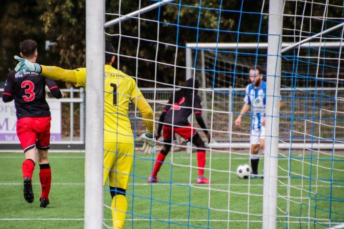 Tomas Tavilla in actie tegen Vitesse Delft (foto Sven Riethoven)